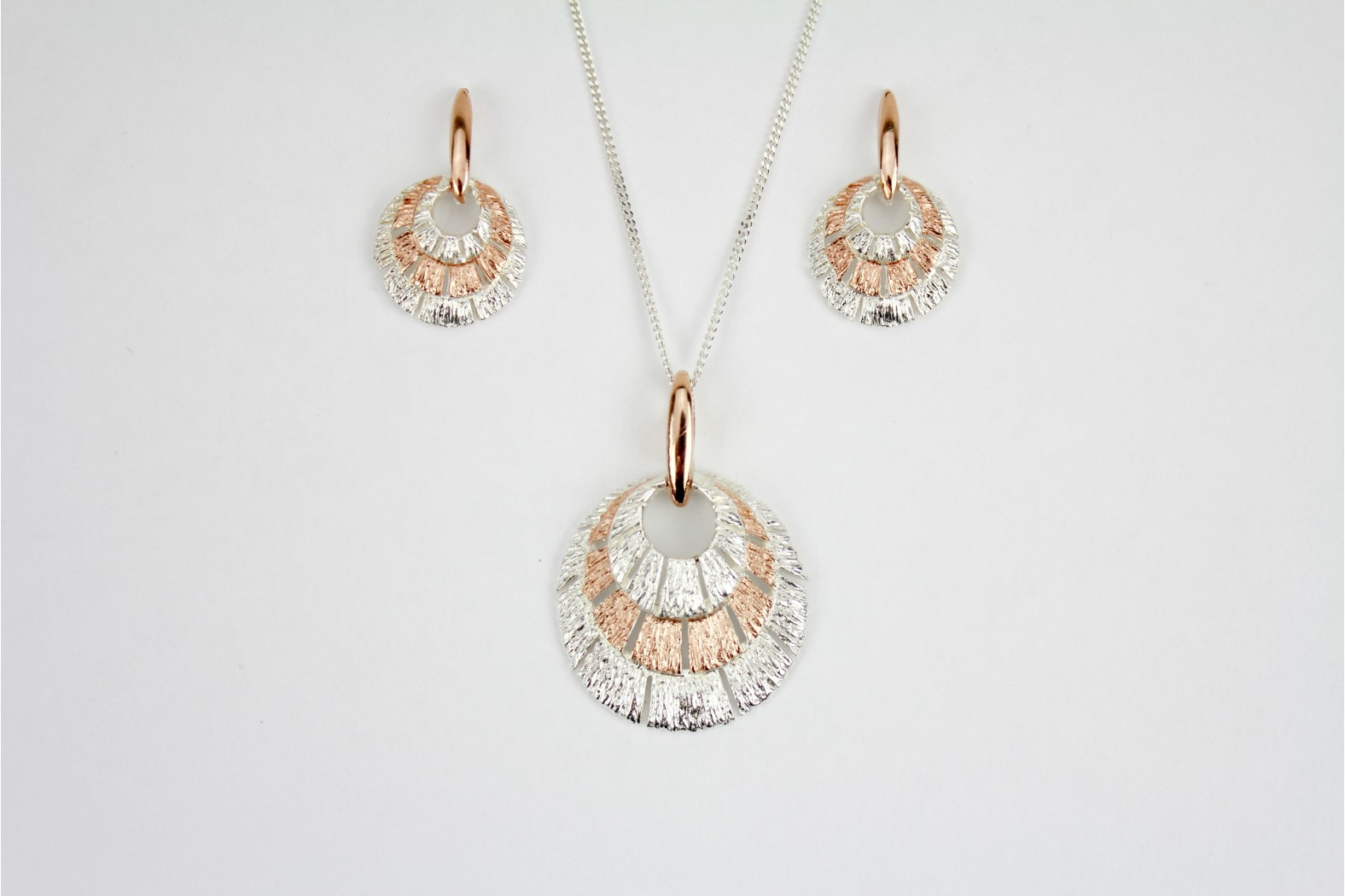 Incredible silver with rose quartz overlay circular shape complementary stud/drop earrings on 18inch 45cm rope style chain.