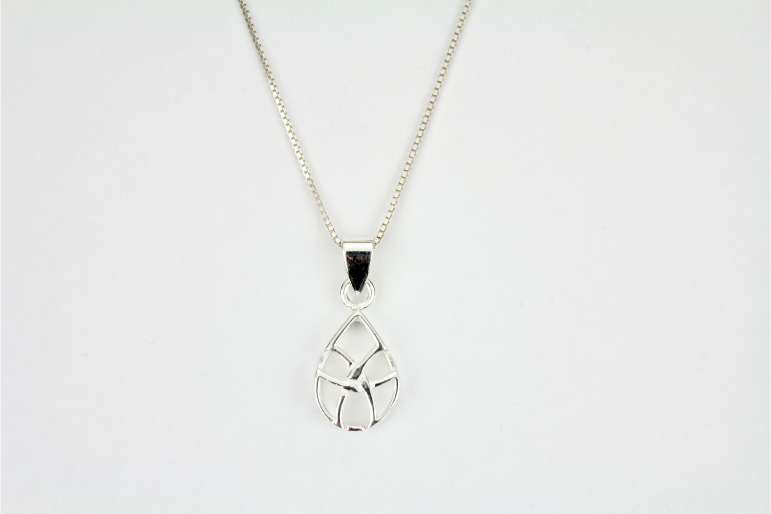 Chunky polished silver cut out design on 22ins. 55cm box style chain