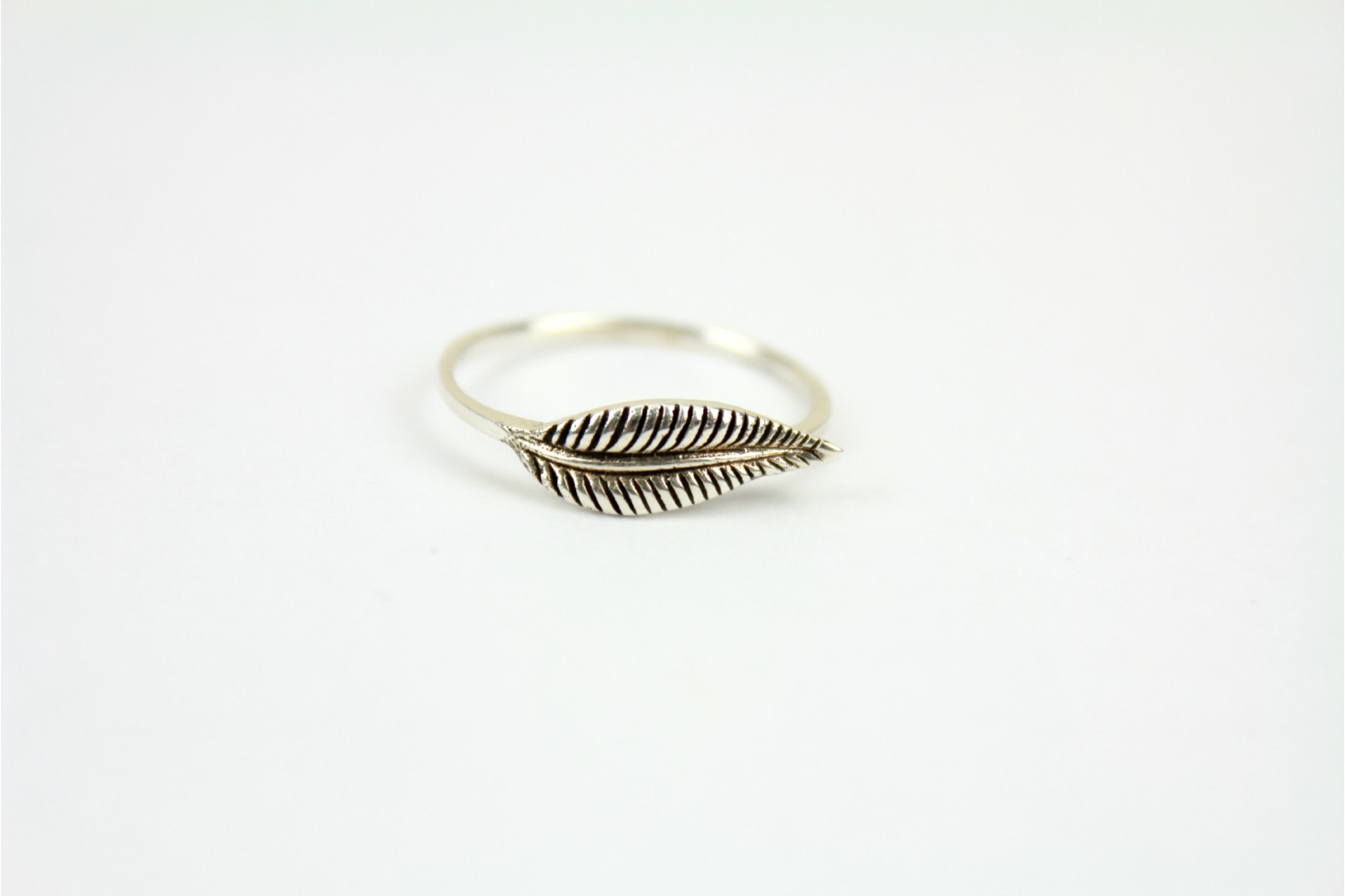 Beautiful simple leaf top design size 9 or R