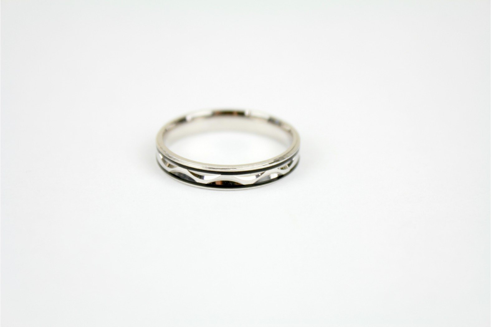 Slim polished silver wave band with parallel black lines etched size 10 or T