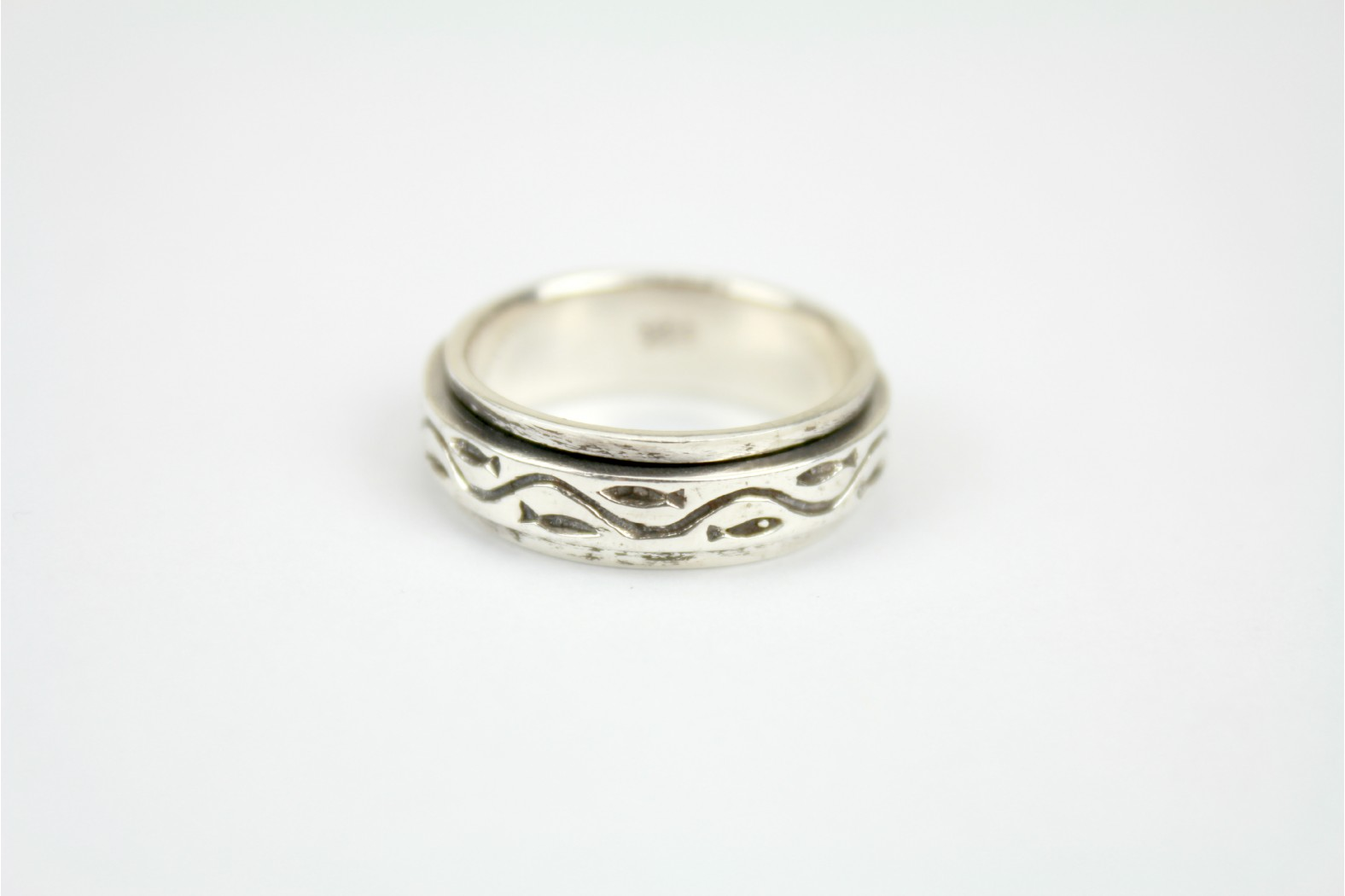 Spinner style band with wave design size 10 or T